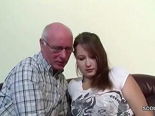 Opa Rudolf darf 18yr alten Micro nach der Schule ficken