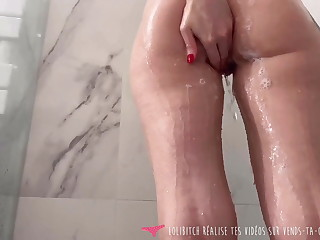 Vends-ta-culotte - French Super Babe Plays in the Shower