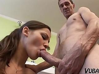 Зрелый парень использует в своих интересах красивого подростка.